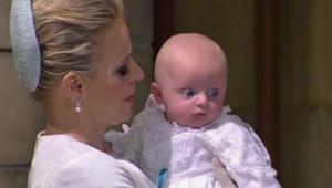 Jacques dans les bras de sa mère Charlène le jour de son baptême à Monaco le 10 mai 2015