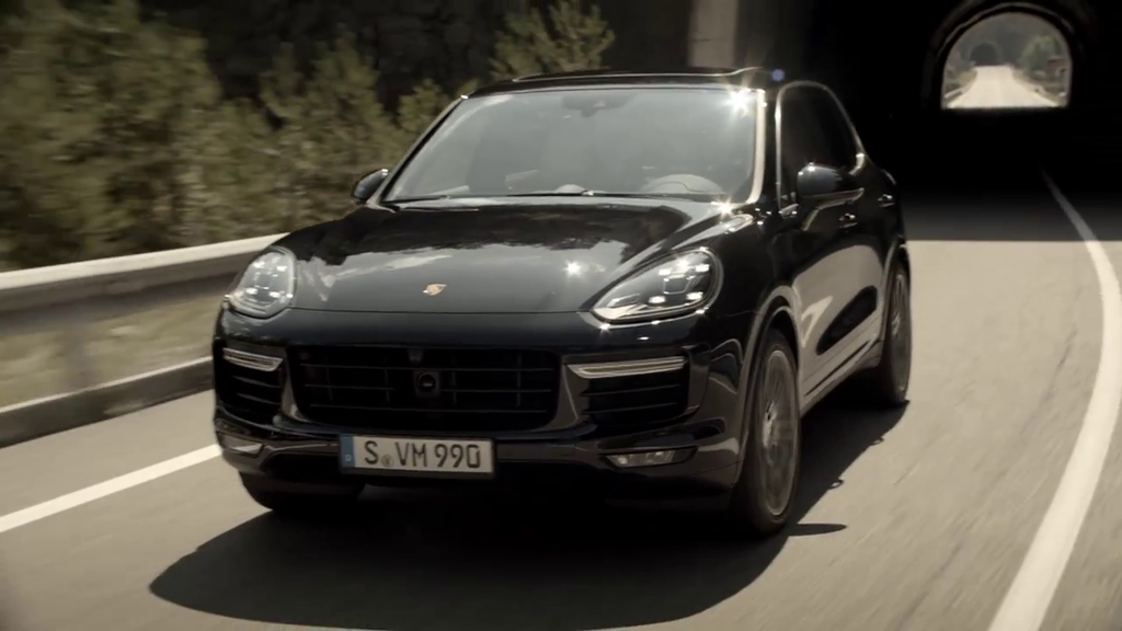 vid o automoto porsche cayenne turbo s 2015 pr sentation officielle en vid o mytf1. Black Bedroom Furniture Sets. Home Design Ideas