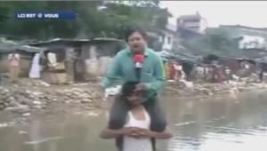 Inondations en Inde : le journaliste fait son direct sur les épaules d'un sinistré.