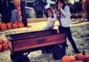 Jade et Joy Hallyday dans une plantation de citrouilles en octobre 2012