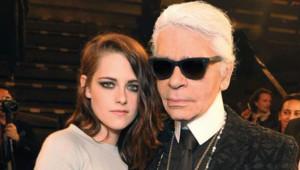 """Kristen Stewart et Karl Lagerfeld, le 10 décembre 2013 à Dallas, lors de la présentation de la collection Chanel Métiers d'Art """"Paris-Dallas""""."""
