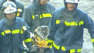 TF1/LCI - Le corps d'une deuxième victime sorti des décombres après l'attentat à l'aéroport de Madrid, le 6 janvier 2007