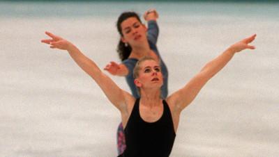 Nancy Kerrigan (au deuxième plan) et Tonya Harding lors d'un entraînement à Hamar, en Norvège, le 22 février 1994, à la veille de leur entrée aux JO de Lillehammer.