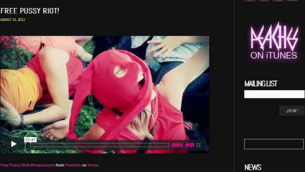 L'artiste canadienne d'électro-punk Peaches apportant son soutien au groupe Pussy Riot en diffusant un clip sur son site internet (capture écran du site)