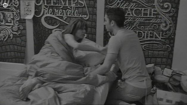 Alors que Nathalie va se coucher, Vivian la rejoint pour avoir une explication.