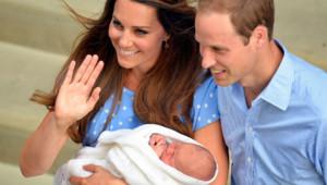 """Kate et William présentent leur """"royal baby"""", le Prince de Cambridge, le 23 juillet 2013 devant le St Mary's Hospital de Londres."""