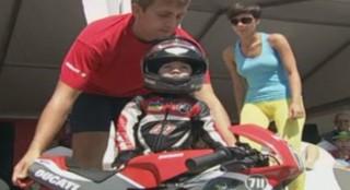 À seulement deux ans et demi, Timur Kuleshov est un vrai pro de la moto