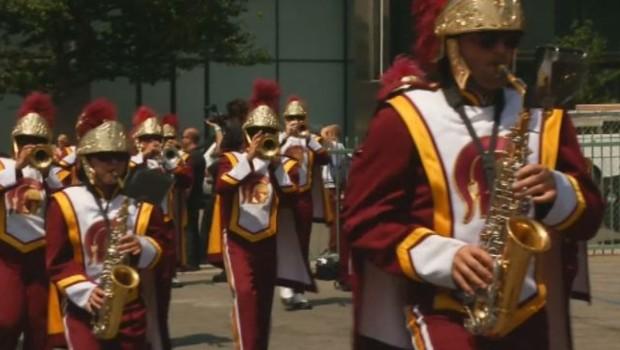 Une fanfare Game of Thrones défile à Los Angeles pour annoncer la tournée du compositeur de la série, Ramin Djawadi