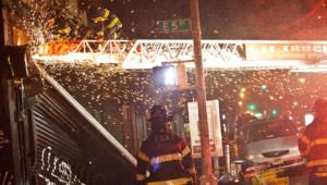 Débordés, les pompiers parent au plus pressé. Là, ils interviennent sur un rideau de magasin brisé par le vent.