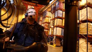 Un employé dans un centre de distribution en France