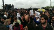 Des manifestants devant l'Assemblée nationale pour protester contre l'utilisation du 49-3 pour faire adopter le projet de loi Travail, mardi 10 mai 2016.