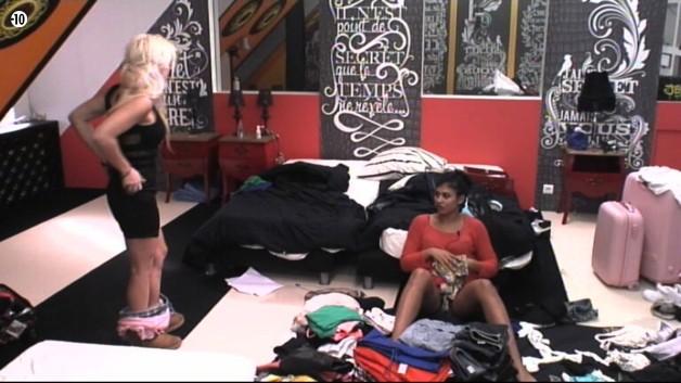 Julie essaie une robe pour ce soir et demande son avis à Jessica.