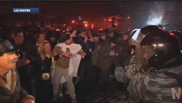 Des centaines de manifestants qui voulaient prendre d'assaut le siège du gouvernement ont été repoussés par la police ukrainienne.