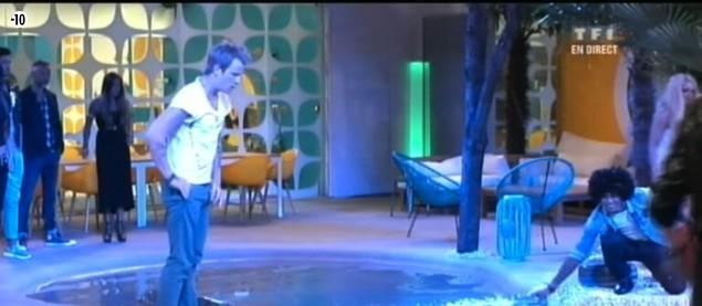 Les habitants plongent dans la piscine pour récupérer les indices sur les secrets d'Emilie, Guillaume, Jamel, Alexia et Vincent.