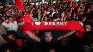 Birmanie : partisans d'Aung San Suu Kyi à Rangoun, fêtant sa victoire aux législatives partielles d'avril 2012 (2 avril 2012)