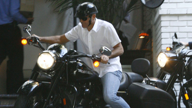 George Clooney sur sa Harley-Davidson en décembre 2010 à Los Angeles