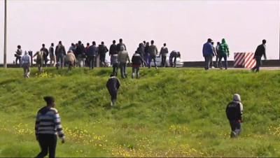 Le 20 heures du 20 septembre 2014 : La Grande-Bretagne apporte son aide pour g�r les migrants �alais - 1229.158017578125