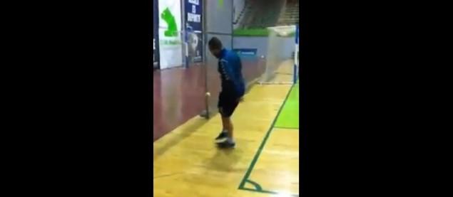 Ricardinho jongle avec une balle de tennis