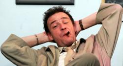 Le comédien Pascal Brunner interprète le rôle de l'inspecteur Columbo, le 14 février 2005 au théâtre Le Temple à Paris.