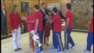 Les joueurs espagnols serrant la main de Letizia d'Espagne