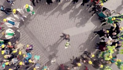 Il ramasse un gobelet, le jette à la poubelle et déclenche l'hystérie dans les rues de Lille