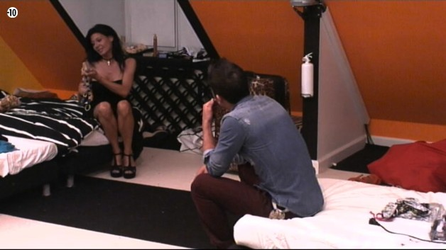 Vivian et Nathalie ont ensuite une petite discussion dans la chambre.