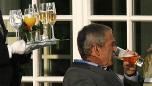George W. Bush déguste une bière sans alcool avant un dîner officiel à Heiligendamm en marge du sommet du G8 le 7 juin 2007.