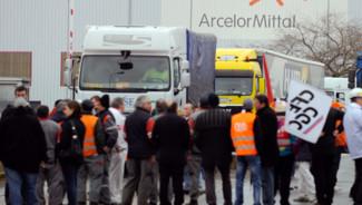Les salariés d'ArcelorMittal à Florange ont bloqué la sortie des expéditions de produits, au moment où débutait à Paris le CE. Le 23.02.2012