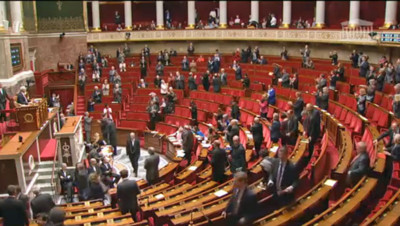 IVG : les députés debout pour applaudir les signataires du manifeste pro-avortement de 1971