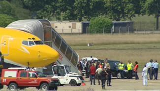 Les images de la descente d'avion des Bleus à leur arrivée au Bourget (24 juin 2010)