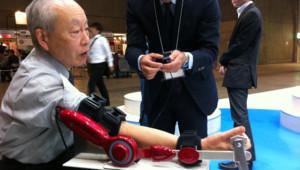 """Un homme teste un bras robotisé """"Hal"""" de la société Cyberdyne au Salon Ceatec de Tokyo, le 4 octobre 2011."""