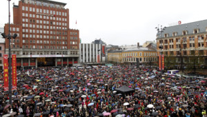 Des dizaines de milliers de Norvégiens chantent contre Breivik à Oslo (26 avril 2012)
