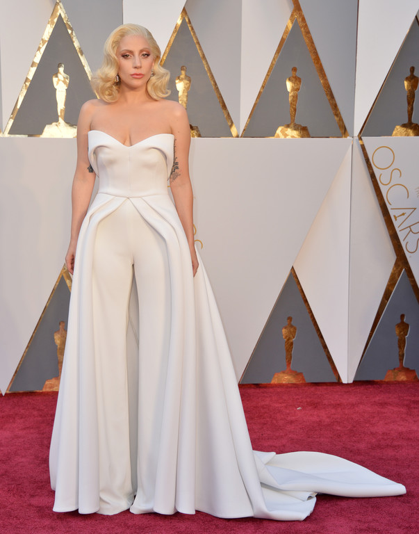 Lady Gaga sur le tapis rouge des Oscars 2016