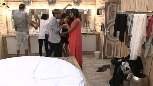 Encore une fois, Sache et Leila sont les premiers dans la salle de bain. Vivian et Julie sont éliminés.