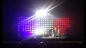 Johnny Hallyday pavoise en bleu-blanc-rouge à Bercy le 28 novembre 2015