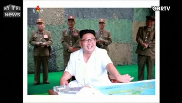 """Kim Jong Un supervise """"avec le sourire"""" le lancement d'un essai de missile balistique"""