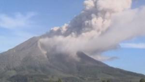 Le volcan indonésien Sinabung est entré en éruption les 23 et 24 novembre