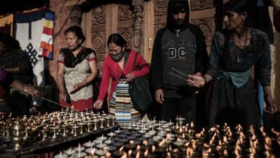 Népal : neuf jours après le séisme, des bouddhistes célèbrent Purnima à Katmandou, 4/5/15