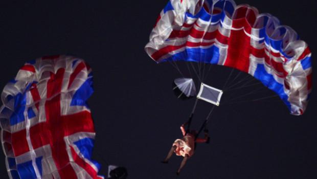 JO 2012 : un acteur déguisé en Elisabeth II saute en parachute au dessus du stade olympique.