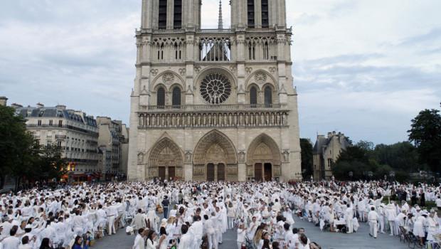 """Sur le parvis de la cathédrale Notre-Dame de Paris des milliers de convives ont participé à la 24e édition du """"Dîner en blanc"""", le 14.06.2012"""