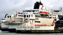 Un ferry de la compagnie SeaFrance dans le port de Calais (janvier 2012)