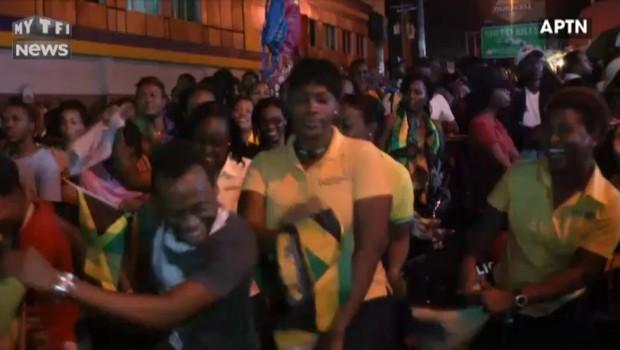 Usain Bolt signe un triple triplé olympique historique, la Jamaïque explose de joie