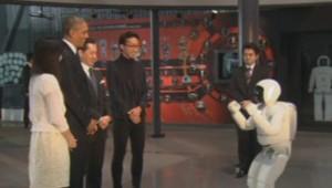 Obama s'essaye au football avec un robot humanoïde au Japon, le 24 avril 2014.