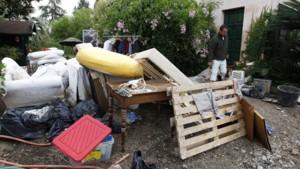 Un habitant d'Antibes constate les dégâts causés par les intempéries de samedi soir.