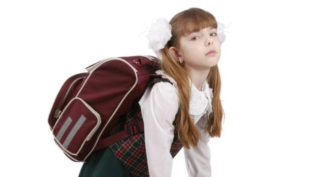 Un cartable trop lourd peut être source de nombreux problèmes de dos pour les enfants