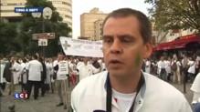 Des pharmaciens en blouse blanche manifestent devant le Sénat