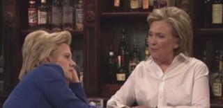 Saturday Night Live : Hillary Clinton joue la barmaid et imite Donald Trump