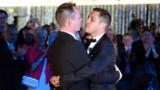 """VIDEO. Premier mariage gay de France : retrouvez les temps forts d'un """"oui"""" historique"""