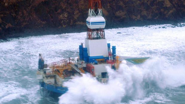 La plateforme pétrolière Kulluk, qui s'est échouée sur les côtes d'une île de l'Alaska, le 31 décembre 2012.