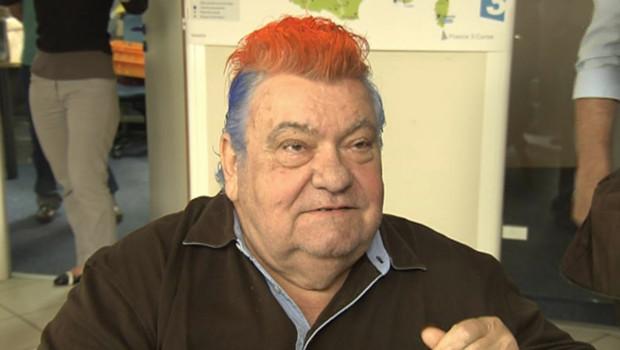 Le président du club de foot de Montpellier, Louis Nicollin, arborant une crête aux couleurs de son équipe.